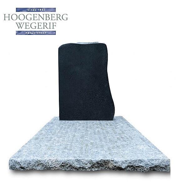 Donker graniet grafmonument op wit graniet ruw bewerkte bodemplaat