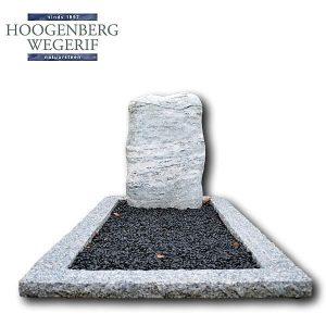 Grafmonument ruw bewerkt wit graniet met grint