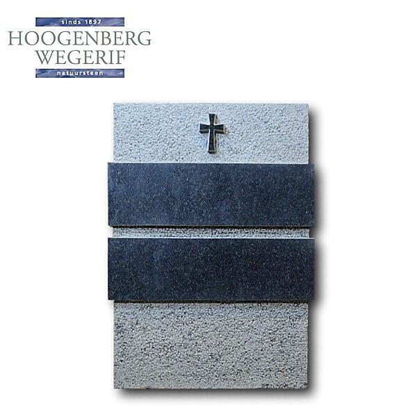 Kruis uitgehakt in graniet gedenksteen met verheven tekstvlakken