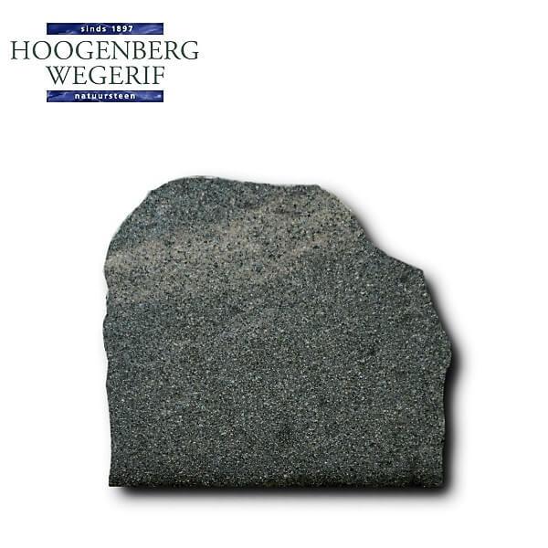 Grafmonument ruw bekapt en gevlamd donker bruin graniet