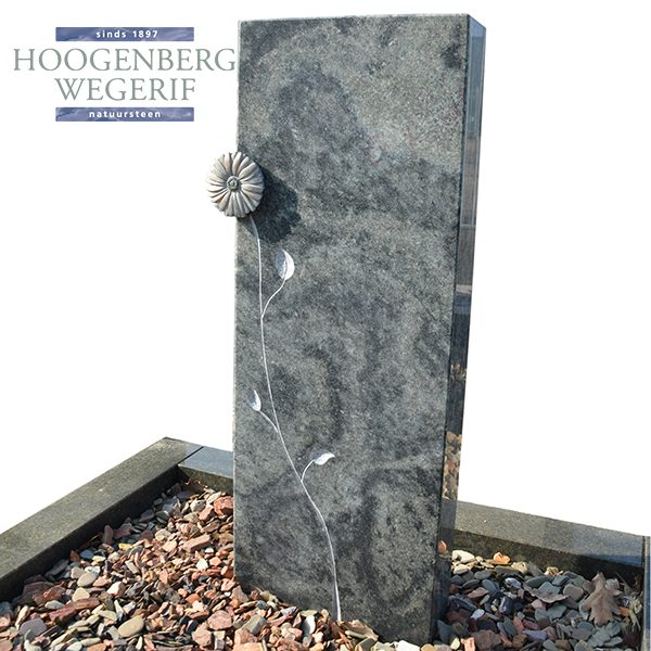 Groen graniet grafsteen met bronzen bloem